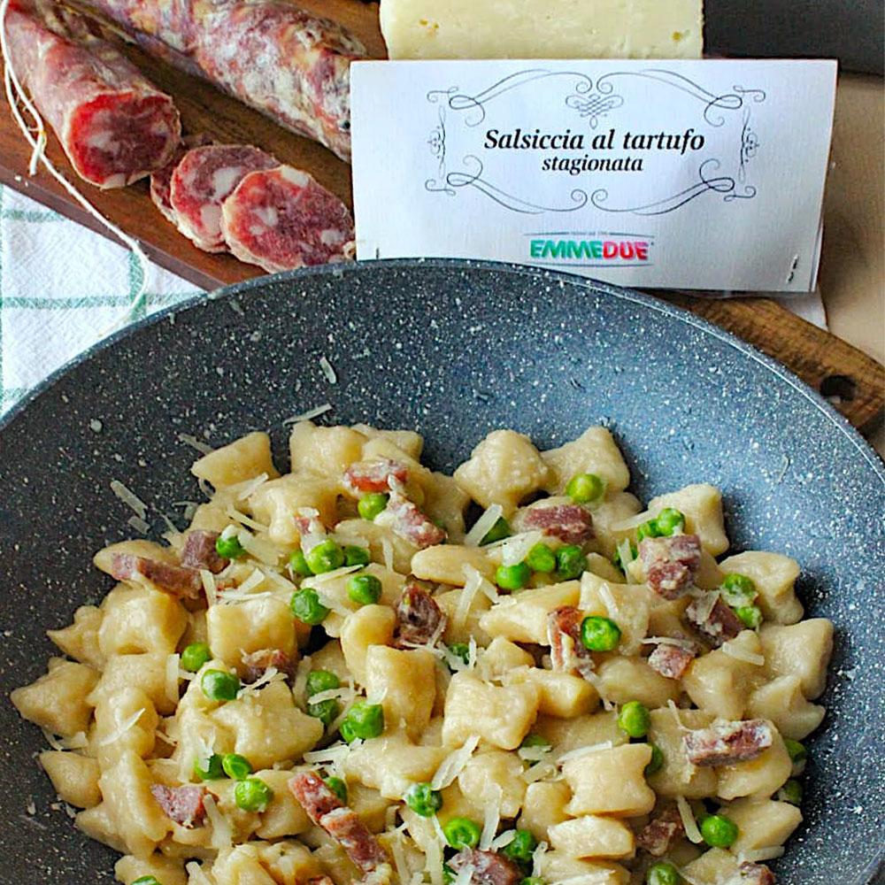 primo piatto di pasta con salsiccia e piselli